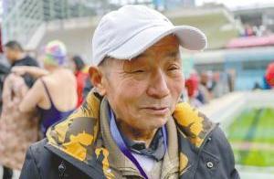 市民冬泳迎新年 86岁老人最扯眼