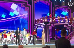 190117 2019中国文联春晚正在录制中 迪丽热巴金色礼裙亮相人美歌甜