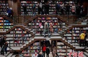 重庆一商场现巨型书架 吸引民众一探究竟