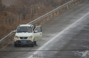"""司机雪天高速公路上表演""""神走位"""",飘了~"""