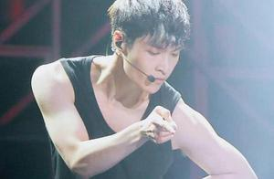 看上去很瘦却有肌肉的男星,张艺兴鹿晗不算啥,蔡徐坤的肌肉亮了