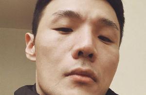 李荣浩对镜耍酷意外遭网友调侃:请睁开眼睛说话