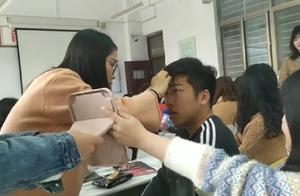 郑州一高校新闻专业开化妆课 男生:上课会下课就忘了