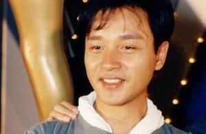 16周年,唐鹤德晒照缅怀张国荣,两人并肩而坐,神态笑容一模一样