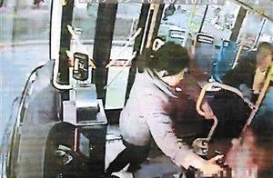 吉祥村站抢夺24路方向盘致公交车左右摇摆 西安女子被批捕