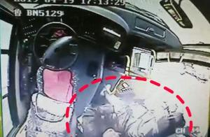 乘客车内突发急病 他的举动感动一车人!