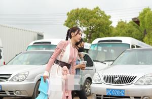 肖战长发飘逸帅气十足 吴宣仪粉白色长裙造型可爱俏皮