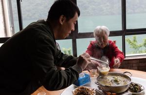 最美大叔带着85岁母亲周游世界
