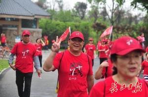 """每天必看 """"早安武汉""""栏目,57岁男子陪86岁母亲徒步"""