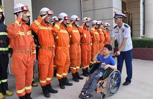 """""""如果我能走 也想当消防员!""""这群小哥哥帮13岁脑瘫男孩圆梦"""