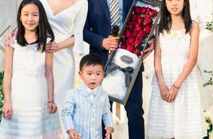 佟大为一家五口全家福,3岁儿子罕见出镜,2个女儿大长腿亮了