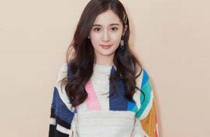 杨幂彩虹条纹毛衣,时尚又减龄,卷发披肩清纯又迷人