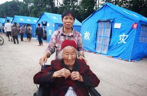 可爱的老人!地震淡定说不要慌,地震后:我106岁我也爱美