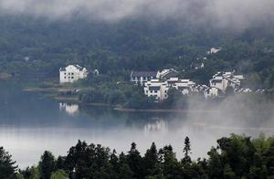 安徽黄山:雨后塔川现平流雾景观