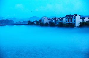 安徽黄山:休宁县滨江湿地公园现壮观平流雾美景