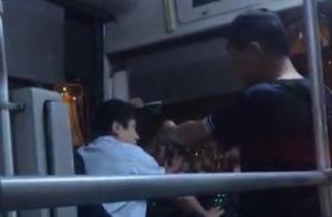 上海一名醉酒乘客疑因没及时赶上车殴打公交司机,已被刑拘