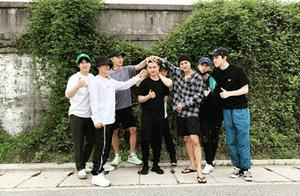 张艺兴等送都暻秀入伍 EXO成员再现摸头杀