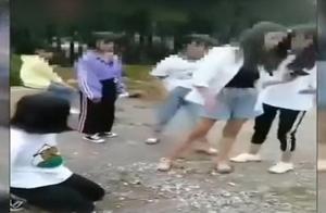 云南鹤庆通报少女跪地被群殴案!1人满16岁被采取刑事强制措施