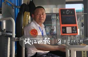 坚持的温度和力量!6年,公交司机背尿毒症患者上下车