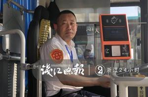 6年 这位台州公交司机背尿毒症患者上下车