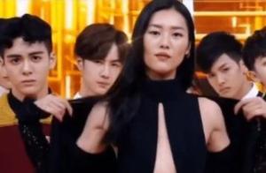 面对着刘雯的超模身姿,王一博竟摆出这种表情:怕是讨不到媳妇了