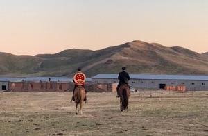骑着马,背着国徽,他把法律和正义送到牧民的家中
