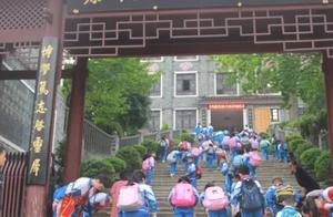 贵州小学生进校门的这个动作,获抖音数十万点赞