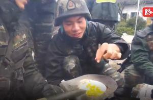 """工兵铲煎鸡蛋、竹竿烤鱼…… 武警""""魔鬼周""""野外美食真香"""
