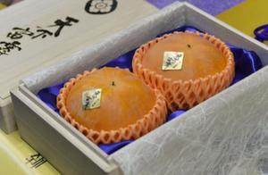 日本两颗柿子拍出4.5万人民币高价 引发现场观众惊呼