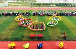 高校运动会开幕式上,五条巨龙连摆多个惊艳POSE