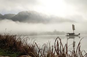 湖北神农架晨雾缭绕 秋色迷人