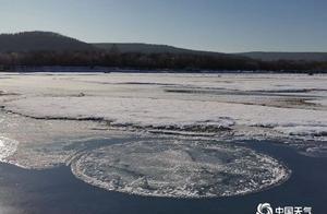 活久见!内蒙古根河直径2米冰圆盘河中自转