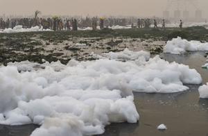 """印度新德里污染触目惊心:流经河流喷出有毒泡沫""""白雪皑皑"""""""