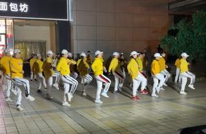 """广场舞不光有""""大妈""""!大爷当上鬼步舞教练"""