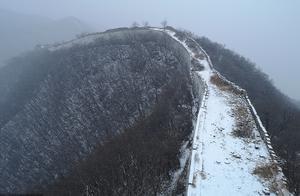北京:箭扣长城迎来初雪 银装素裹分外妖娆