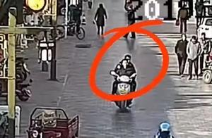 """""""热心市民""""骑车载警察抓人"""