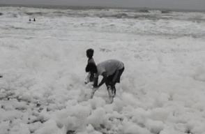 印度海滩全是污染泡沫,大家却玩得很开心