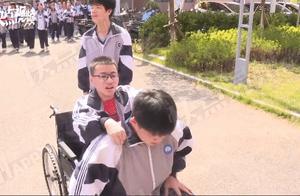 """「39号视频」愿做你的支撑点!温州一少年无法独立行走 同班同学甘当""""拐杖"""""""