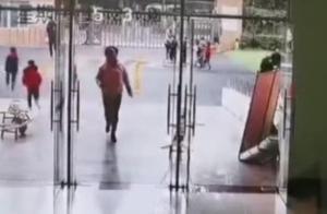 """世相 致敬""""逆行者""""!地震了,幼儿园老师奔向教室疏散学生,网友:点赞好老师"""