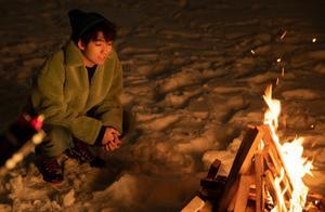 王俊凯冬日雪景大片明媚可爱 少年怀抱柴犬暖意盎然