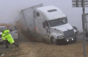 惊险!美国得州大雾天高速上多车相撞,18轮卡车侧翻压向皮卡车