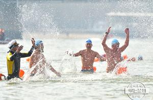 兰州300健儿畅游黄河迎新年
