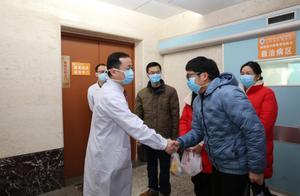 """抗""""疫""""专家丁震:""""我和每位出院患者握手,就是要传递信心"""""""