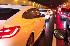 早高峰,中环路发生一起4车交通事故并有车辆起火