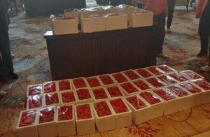 送别!64位方舱医院康复患者为河北援鄂医护人员送来百余箱草莓