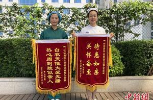 """感谢救命之恩 武汉""""军礼爷爷""""给四川简阳护士寄来两面锦旗"""