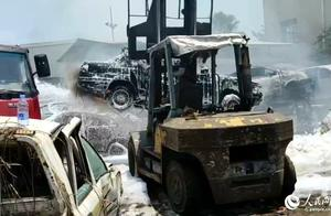 漳州漳浦:报废汽车场突发大火 消防人员扑救排险