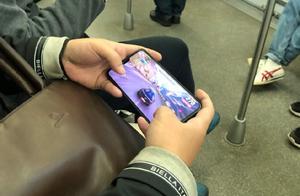 """乘客在地铁车厢外放手机音频影响他人,上海修订守则对这一现象说""""不"""""""