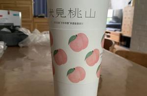 """网红奶茶大杯""""内增高""""?顾客剪开杯底:三分之一都是空的"""