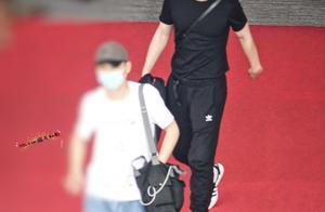 200525 邓伦今日三亚出发飞往广州 all black运动装扮尽显好身材